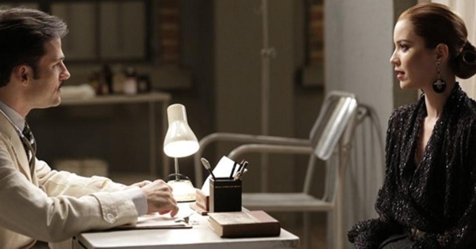 """Em """"Joia Rara"""", Sílvia vai a médico e tem certeza de que filho que espera é de Viktor"""
