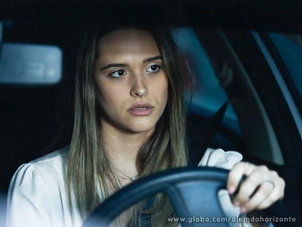 """Em """"Além do Horizonte"""", Lili faz vigília em frente à casa de William e cai no sono"""