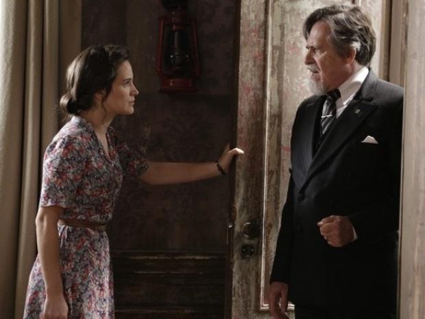 """Em """"Joia Rara"""", Ernest implora a Amélia para que ela o deixe ver Pérola"""