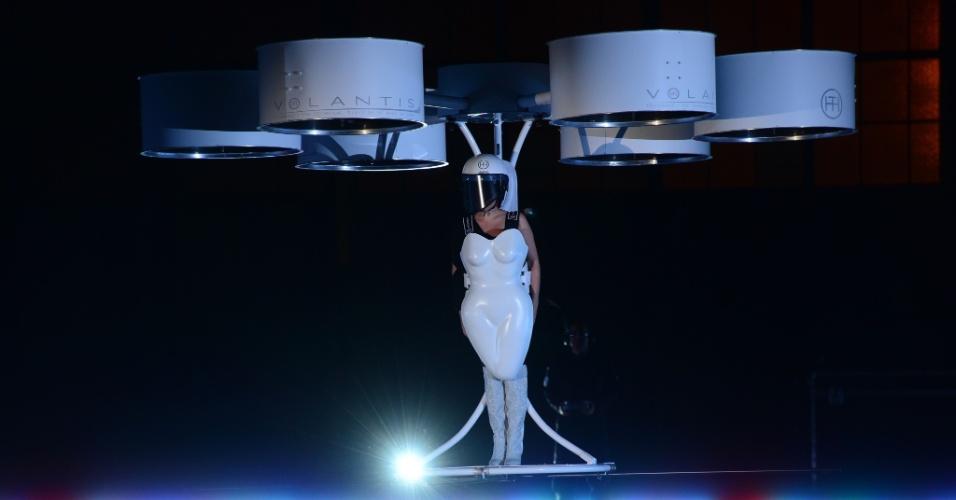 10.nov.2013 - Lady Gaga faz voo rápido para divulgar álbum