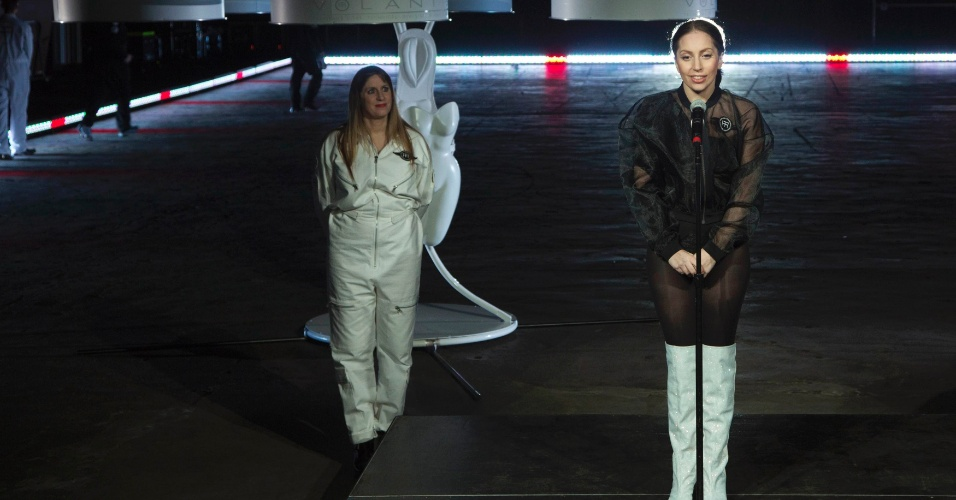 10.nov.2013 - Lady Gaga usa 'vestido voador' na festa de lançamento do quarto álbum de estúdio