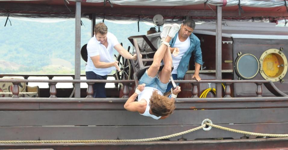 Carlão (Fernanda Pavão) é jogado em alto mar amarrado em uma cadeira