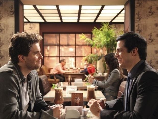 """Em """"Amor à Vida"""", Niko e Félix trocam carinhos em restaurante"""