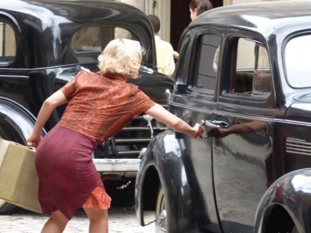 """Em """"Joia Rara"""", Mundo pede para Volpina denunciar Ernest, mas lavadeira foge"""