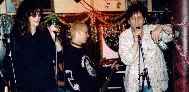 Os irmãos Joey Ramone e Mickey Leigh cantam em show - Divulgação