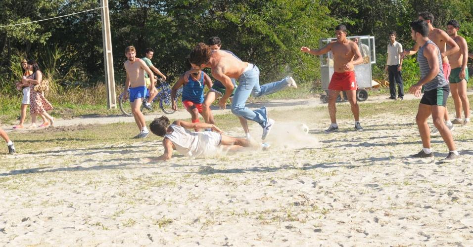 Otávio (Felipe Cardoso) comete falta violenta em jogo de futebol