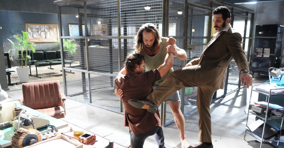 Picasso (Vitor Hugo), Carlão (Fernando Pavão) e Caravaggio (Miguel Nader) brigam