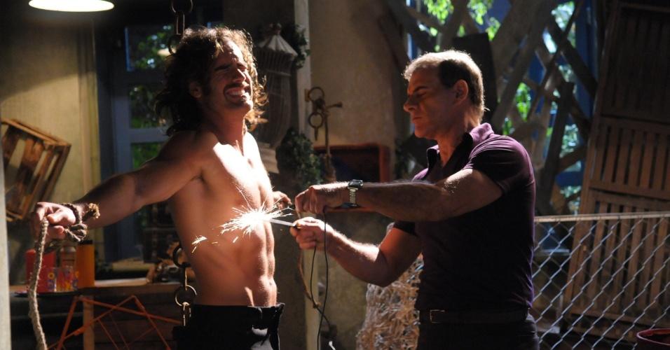 Ramiro (Marcos Pitombo) é torturado com choques