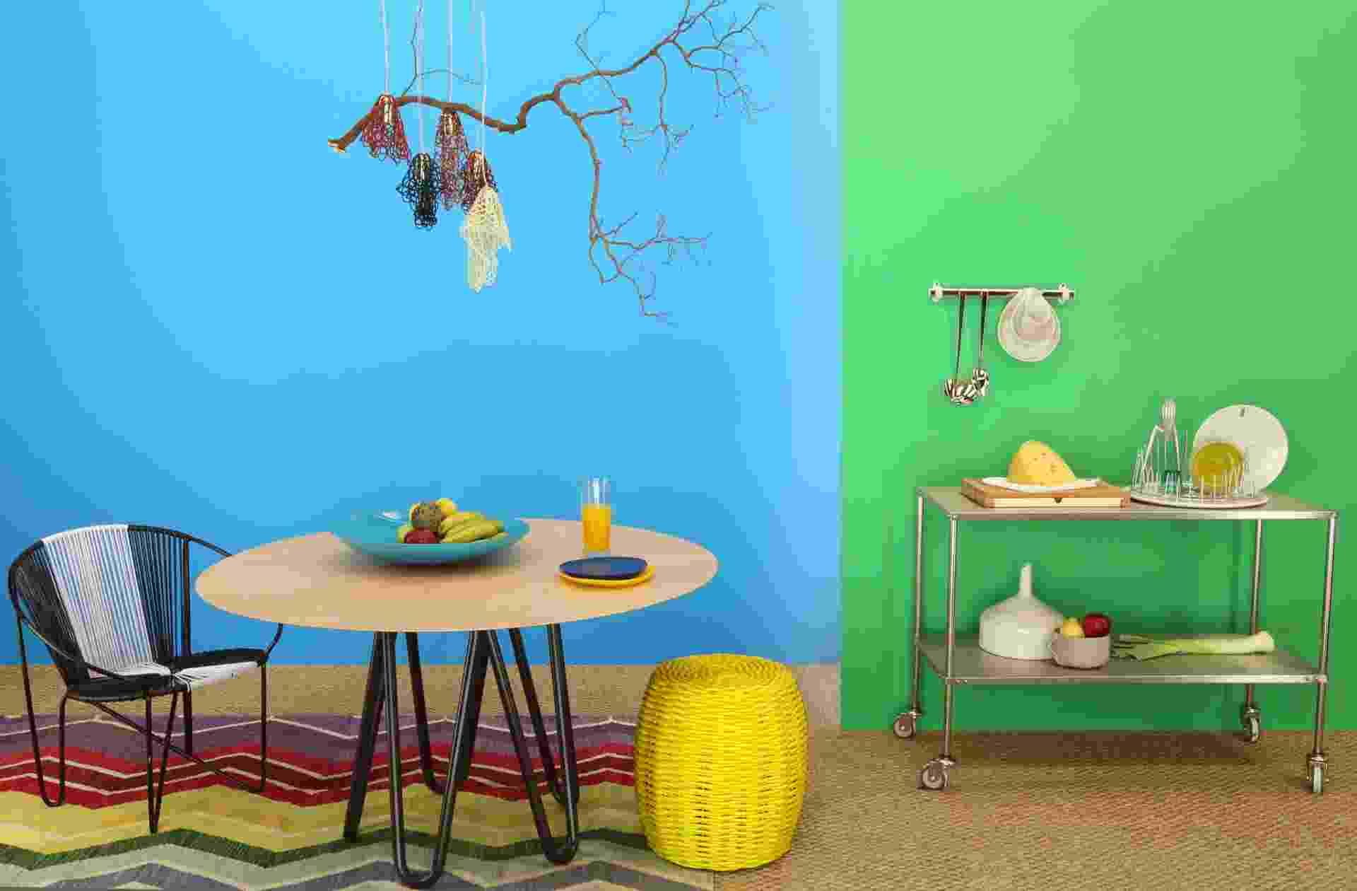 """Uma das tendências da Suvinil para o ano de 2014, o tema """"Plural"""" se define pela diversidade de nuances dentro das famílias dos verdes, amarelos e azuis. A combinação do """"Curaçau Blue"""" (à esq.), definida como """"a cor do ano"""" pela marca, com o """"Pau Brasil"""" (à dir.) evidencia o conceito de brasilidade proposto na paleta - Divulgação"""