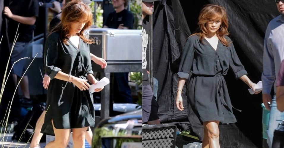 11.nov.2013 - Jennifer Lopez exibiu novo visual ao ser flagrada no set de seu novo filme. A atriz e cantora apareceu com os cabelos castanhos e franjinha