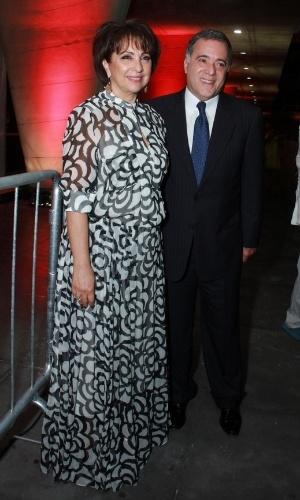 12.nov.2013 - Acompanhado da mulher, Lidiane, Tony Ramos prestigiou a 15ª edição do Prêmio Extra de Televisão que aconteceu no Rio. O ator foi o grande homenageado da noite