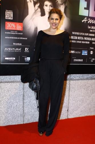"""12.nov.2013 - Bárbara Paz prestigiou o espetáculo """"Elis - A Musical"""", no Teatro Oi Casa Grande, no Rio de Janeiro"""