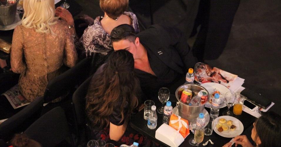 12.nov.2013 - Cleo Pires e Rômulo Neto trocam beijos na 15ª edição do Prêmio Extra de Televisão. O evento aconteceu em uma casa de shows do Rio