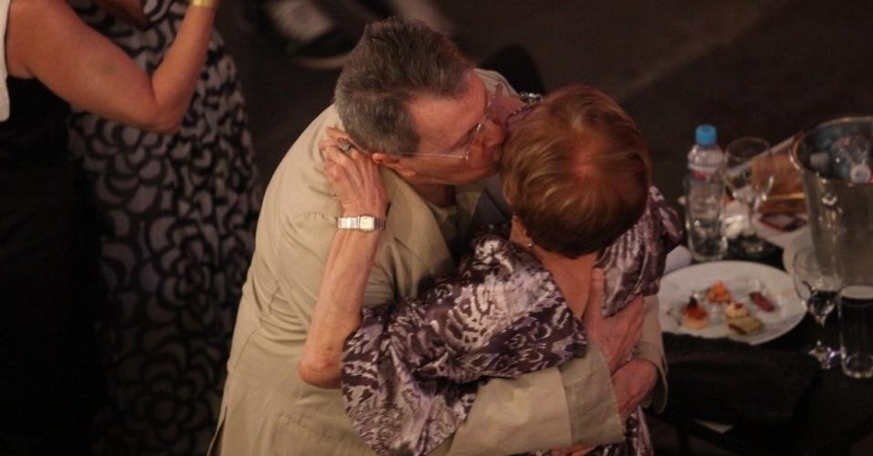 12.nov.2013 - Daniel Filho e Glória Menezes se abraçam na 15ª edição do Prêmio Extra de Televisão. O evento aconteceu em uma casa de shows do Rio