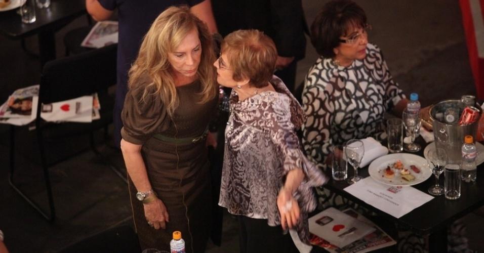 12.nov.2013 - Glória Menezes e Arlete Salles conversam na 15ª edição do Prêmio Extra de Televisão. O evento aconteceu em uma casa de shows do Rio