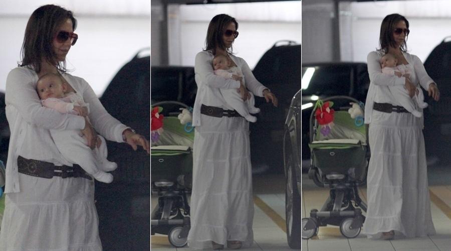 12.nov.2013 - Guilhermina Guinle passeou com a filha, Mina, de dois meses pelo bairro do Leblon, zona sul do Rio. A menina é a primeira filha da atriz
