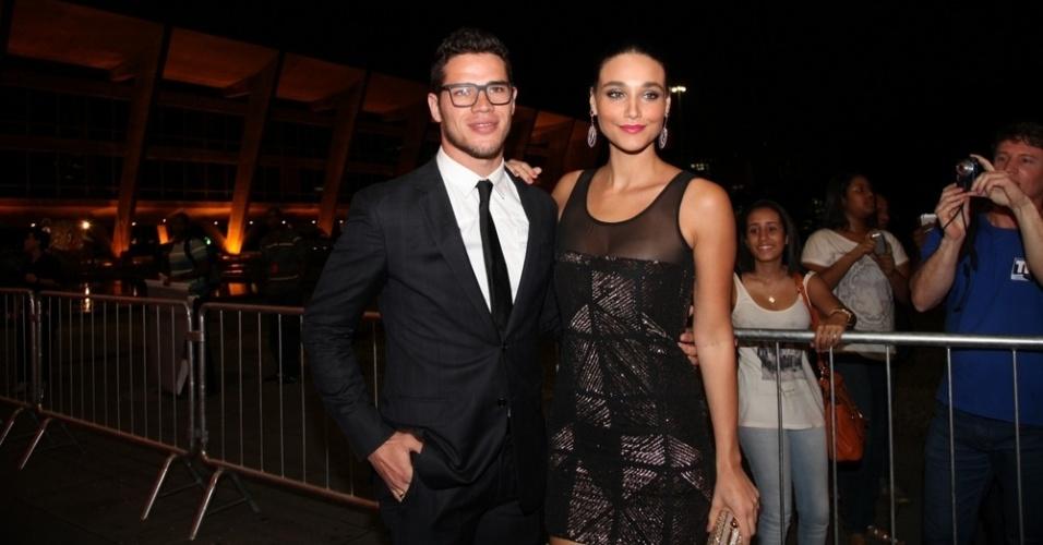12.nov.2013 - José Loreto e Débora Nascimento prestigiaram a 15ª edição do Prêmio Extra de Televisão. O evento aconteceu em uma casa de shows do Rio