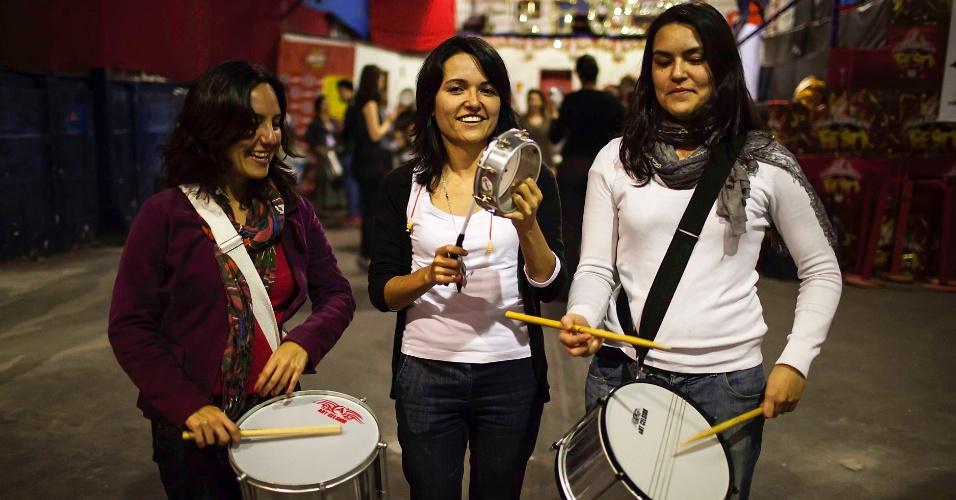 12.nov.2013 - No aquecimento do Carnaval 2014, bloco carioca Quizomba faz ensaio rítmico na quadra da escola de samba Pérola Negra, na Vila Madalena, em São Paulo
