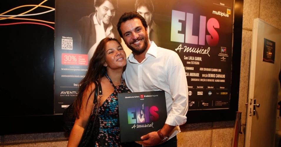 """12.nov.2013 - Rodrigo Lombardi e sua mulher prestigiam """"Elis - A Musical"""", no Rio de Janeiro"""