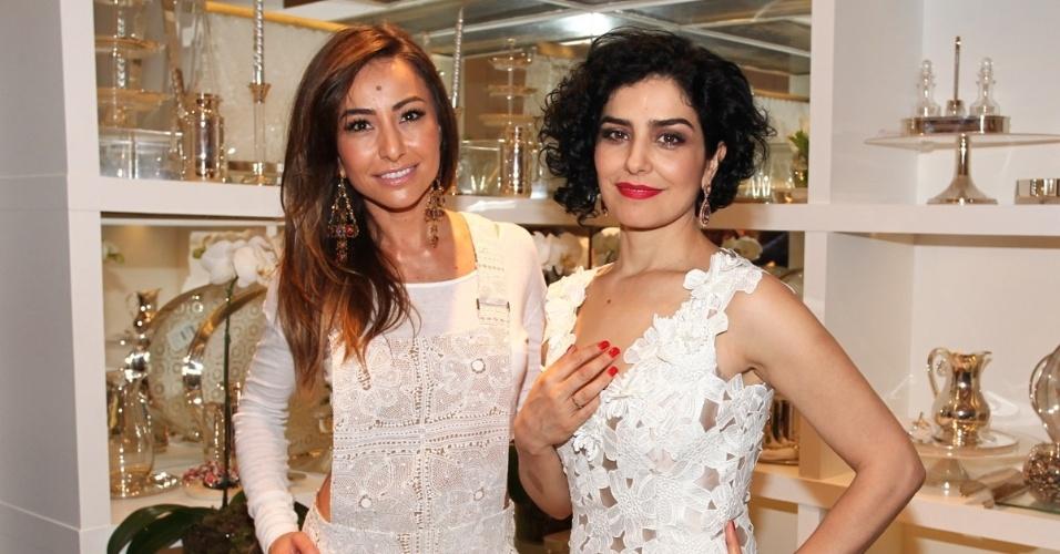 12.nov.2013 - Sabrina Sato e Letícia Sabatella prestigiaram a inauguração de uma loja de decoração em São Paulo