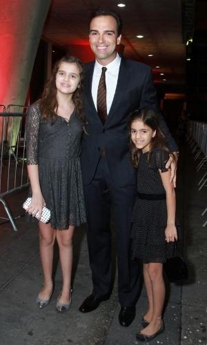 12.nov.2013 - Tadeu Schmidt e suas filhas na 15ª edição do Prêmio Extra de Televisão. O evento aconteceu em uma casa de shows do Rio