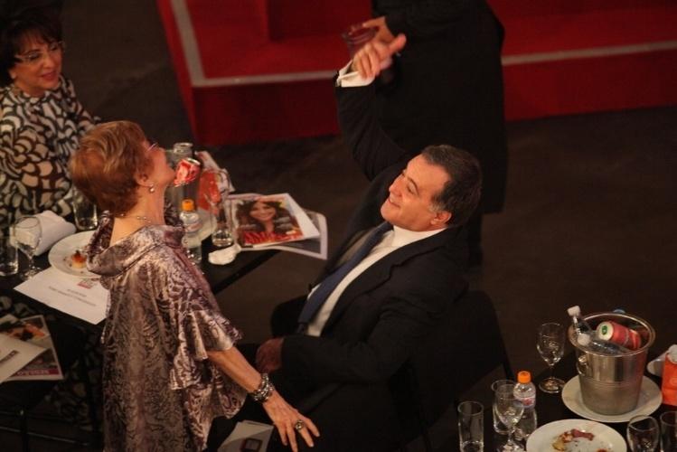 12.nov.2013 - Tony Ramos e Glória Menezes conversam animados na 15ª edição do Prêmio Extra de Televisão. O evento aconteceu em uma casa de shows do Rio