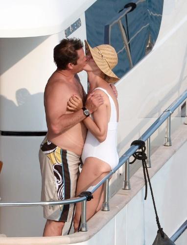 14.jul.2013 - Atriz Uma Thurman beija o namorado Arpad Busson durante férias na França