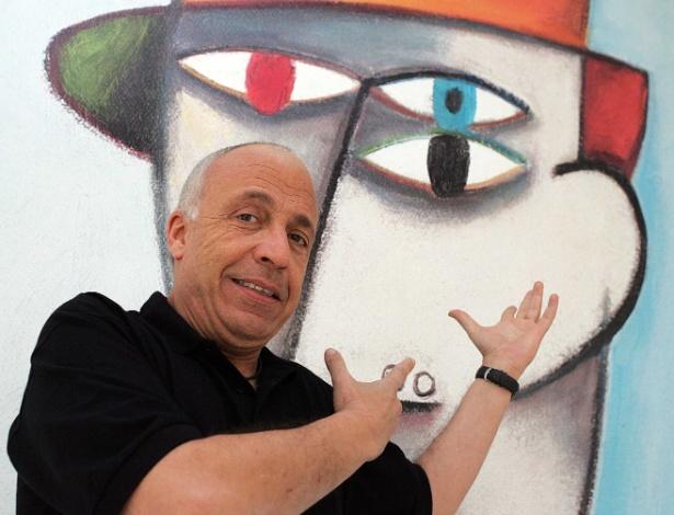 O artista plástico Gustavo Rosa com uma de suas obras, em 2006