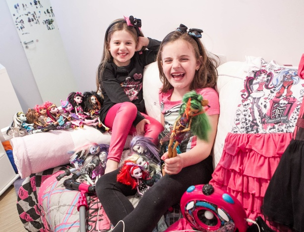As primas Ana Beatriz Domingues Fernandes (calça rosa) e Beatriz Fernandes Zamplonio cercadas de seus brinquedos e produtos Monster High - Rodrigo Capote/UOL
