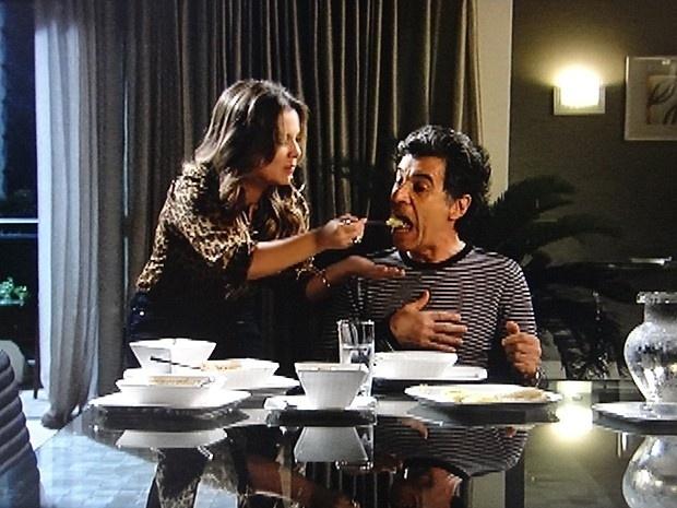 """Em """"Malhação"""", Bernardete empanturra Caetano com angu"""