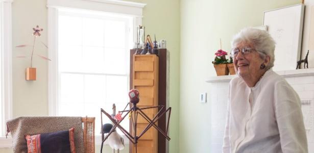 Gere Kavanaugh posa para o NYT na sala de sua casa, nos EUA. A designer de 84 anos ainda trabalha - Laure Joliet/ The New York Times