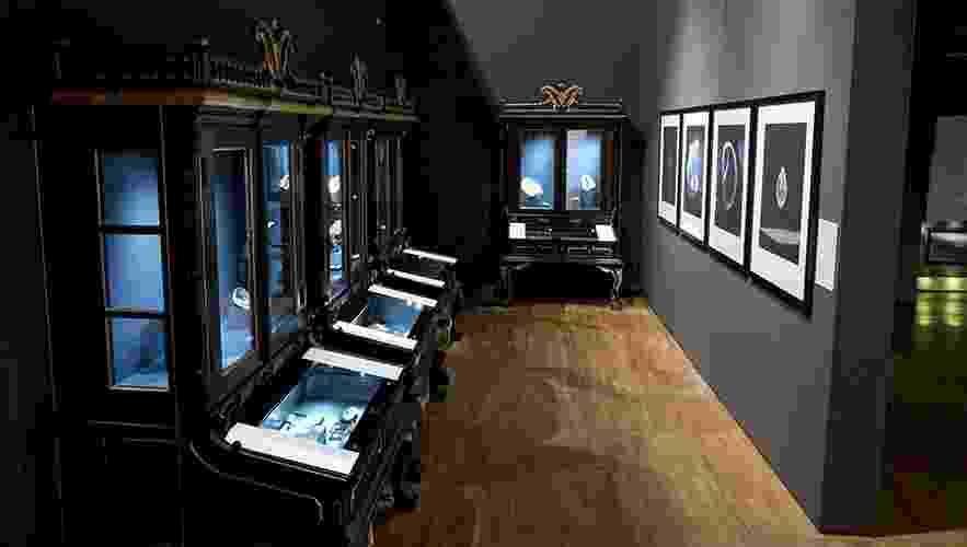 """Logo na entrada da exposição """"Pérolas"""", em Londres, o visitante pode observar os tipos de conchas que produzem pérolas e como se dá a formação - Museu Victoria & Albert/Divulgação"""
