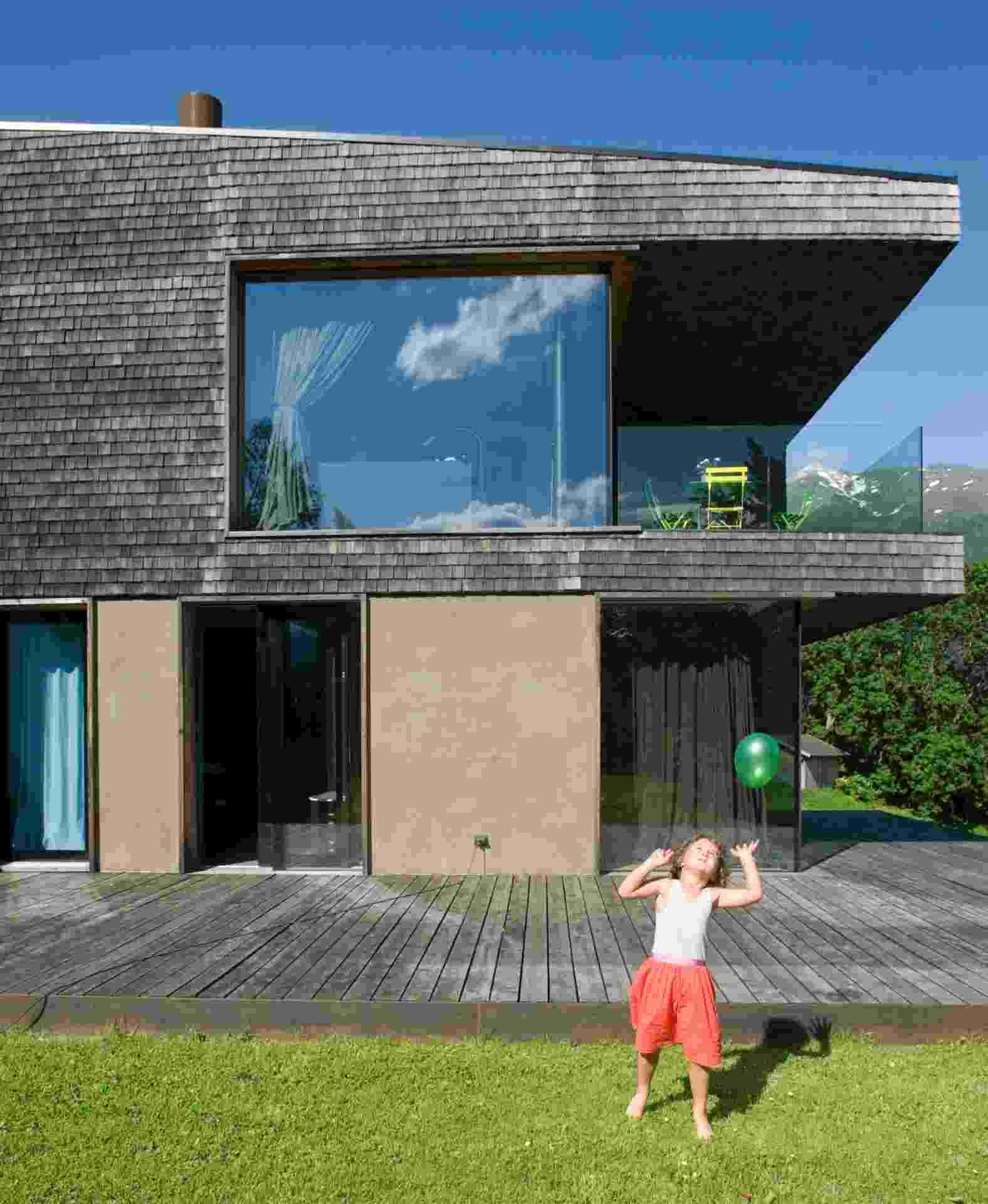 [Imagem do NYT, usar apenas no respectivo material] Na casa de pedra e madeira nas montanhas do norte da Itália, a porta principal abre diretamente para o living, no segundo pavimento - Andrea Wyner/ The New York Times