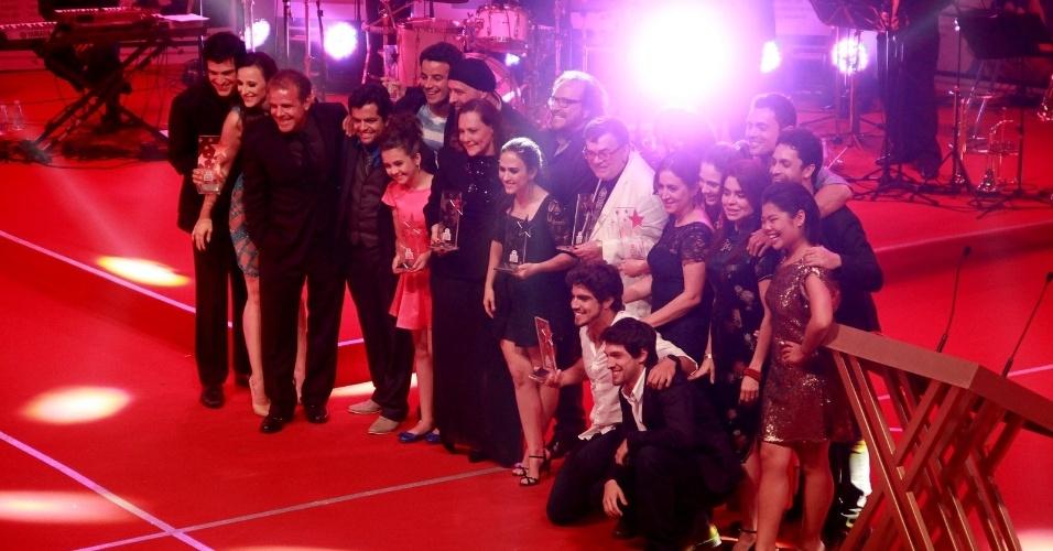 """12.nov.2013 - """"Amor à Vida"""" leva o prêmio de melhor novela. Elenco sobe ao palco para comemorar"""