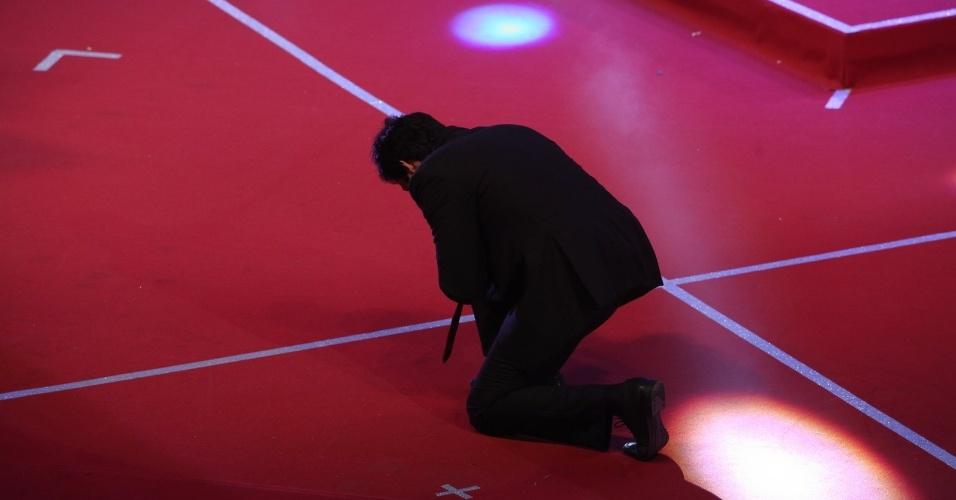 12.nov.2013 - Antes de receber o prêmio de melhor ator, Mateus Solano se ajoelha no palco
