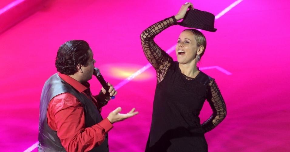 12.nov.2013 - Após a cerimônia de premiação, Tiago Abravanel comandou o show da noite. Giulia Gam subiu ao palco para dançar com o ator