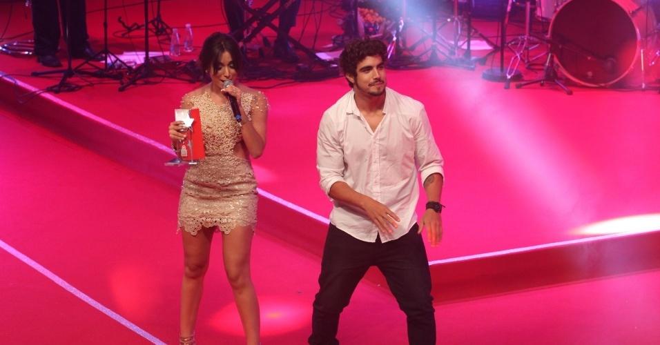 """12.nov.2013 - Caio Castro dança """"Show das Poderosas"""" com Anitta no palco do Prêmio Extra de Televisão"""