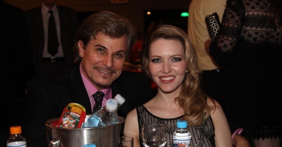 12.nov.2013 - Edson Celulari e a namorada, Karin Roepke, na 15ª edição do Prêmio Extra de Televisão, no Rio de Janeiro