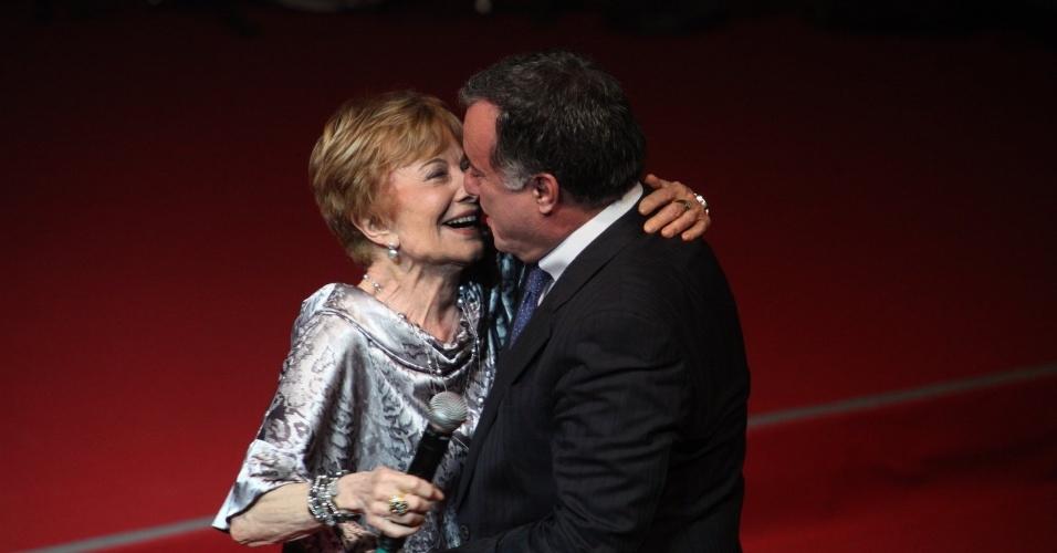12.nov.2013 - Glória Menezes e Tony Ramos se abraçam na 15ª edição do Prêmio Extra de Televisão, no Rio de Janeiro