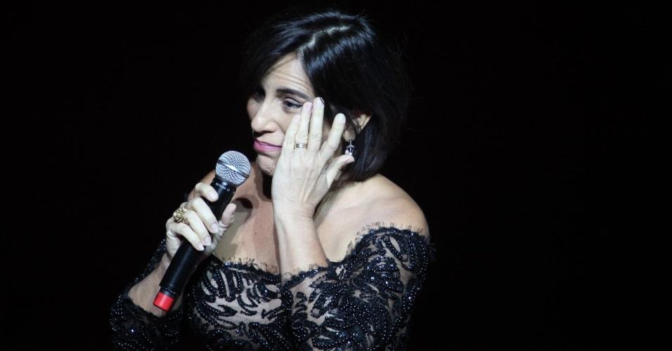 12.nov.2013 - Glória Pires se emociona ao homenagear Tony Ramos da noite do Prêmio Extra de Televisão, no Rio de Janeiro