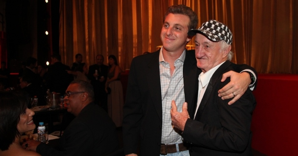 12.nov.2013 - Luciano Huck abraça Russo na 15ª edição do Prêmio Extra de Televisão. O evento aconteceu em uma casa de shows do Rio