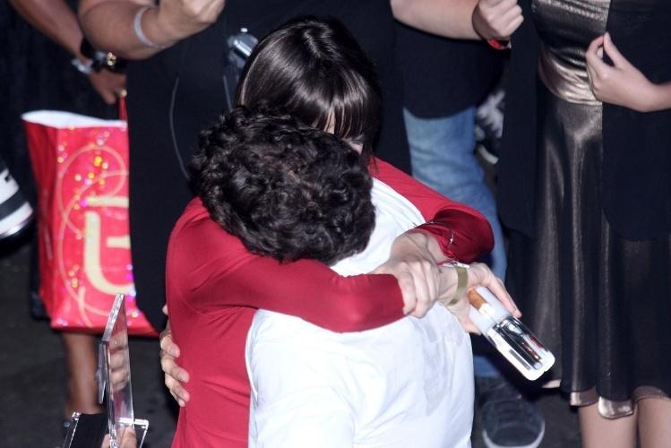 12.nov.2013 - Maria Casadevall abraça o amigo Caio Castro no final da cerimônia