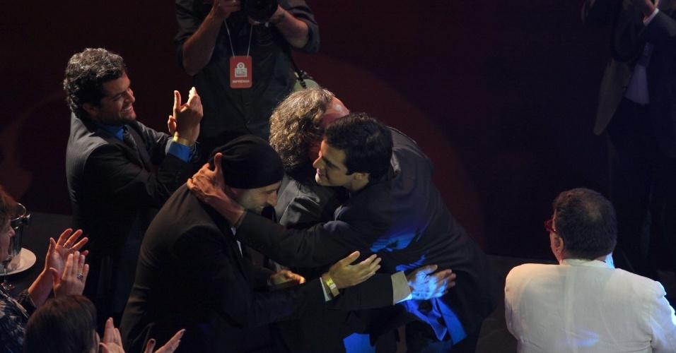 """12.nov.2013 - Mateus Solano recebe o carinho dos diretores de """"Amor à Vida"""", Mauro Mendonça Filho e Wolf Maia"""