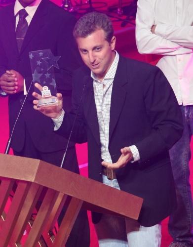 12.nov.2013 - Pela oitava vez consecutiva, Luciano Huck recebe o prêmio na categoria de melhor apresentador do Prêmio Extra de Televisão