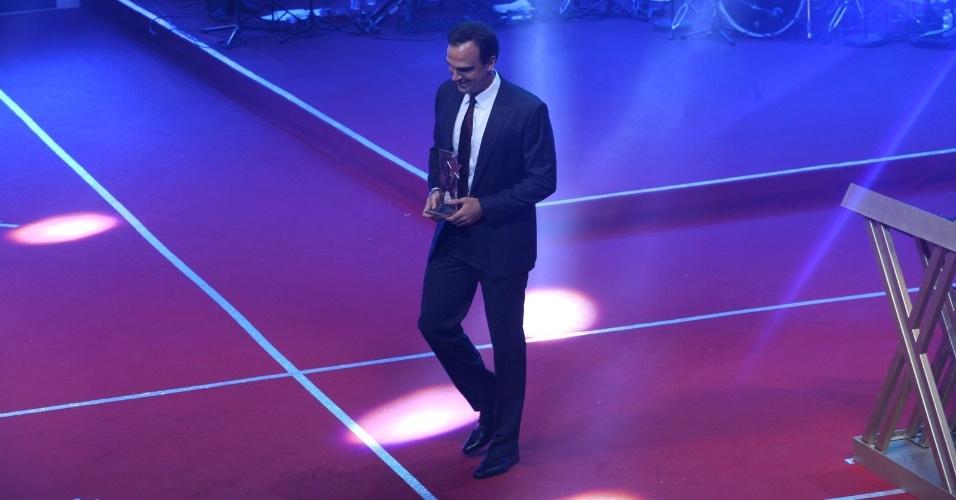 12.nov.2013 - Tadeu Schmidt recebe o prêmio na categoria de personalidade do esporte, do Prêmio Extra de Televisão
