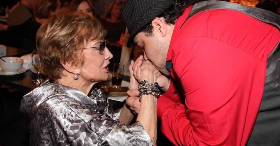 12.nov.2013 - Tiago Abravanel beija a mão de Glória Menezes na 15ª edição do Prêmio Extra de Televisão, no Rio de Janeiro