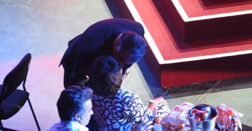 12.nov.2013 - Tony Ramos beija sua mulher, Lidiane, no Prêmio Extra de Televisão, no Rio de Janeiro