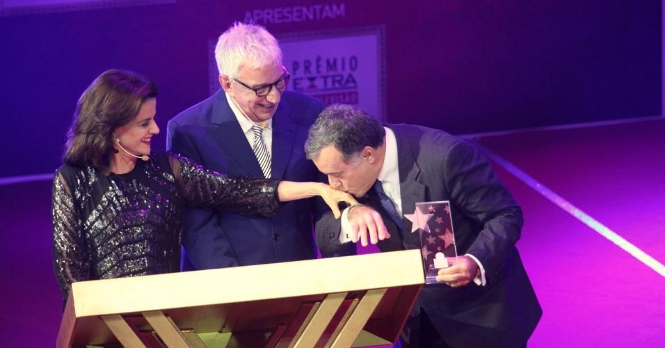12.nov.2013 - Tony Ramos é o grande homenageado da noite do Prêmio Extra de Televisão, no Rio de Janeiro. O ator beija a mão de Marieta Severo