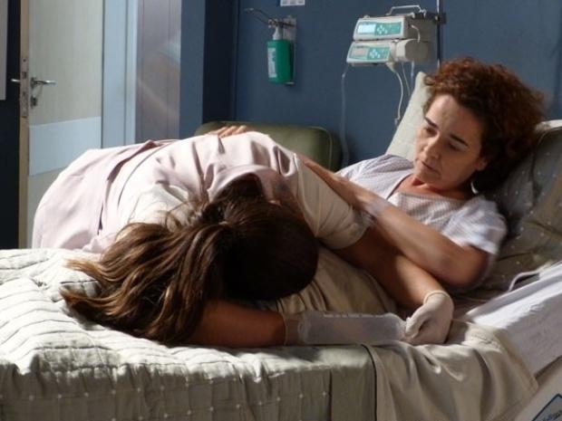 """Em """"Amor à Vida"""", fraca, Perséfone desmaia em cima de uma paciente"""