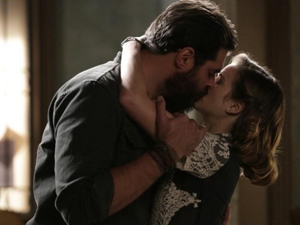 """Em """"Joia Rara"""", Hilda se declara para Toni e os dois têm a primeira noite de amor"""
